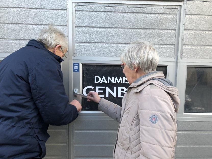 Verner og Grete låser og overlader nøglerne til 'Sorteringen' til yngre kræfter 1. april 2018.