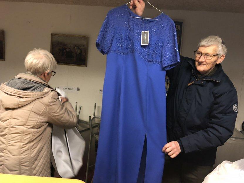 En blå kjole. Ser ikke ud til at have været brugt nogensinde.