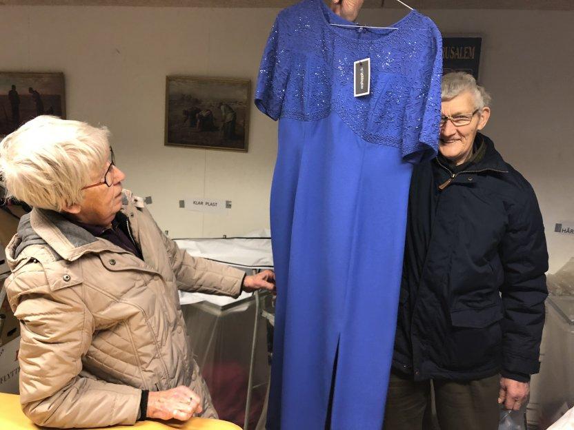 Grete ser kjolen an. Den vil helt sikkert kunne sælges.