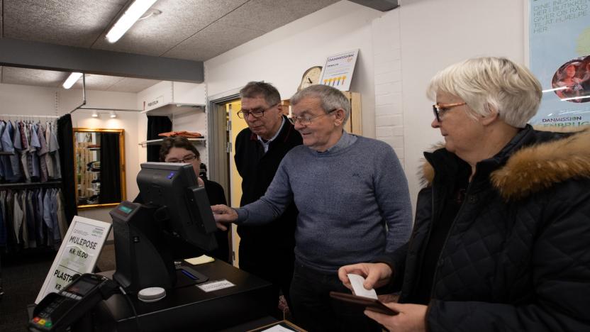 De frivillige lærer butikkens nye kasseapparat at kende lige inden dørene slås op.