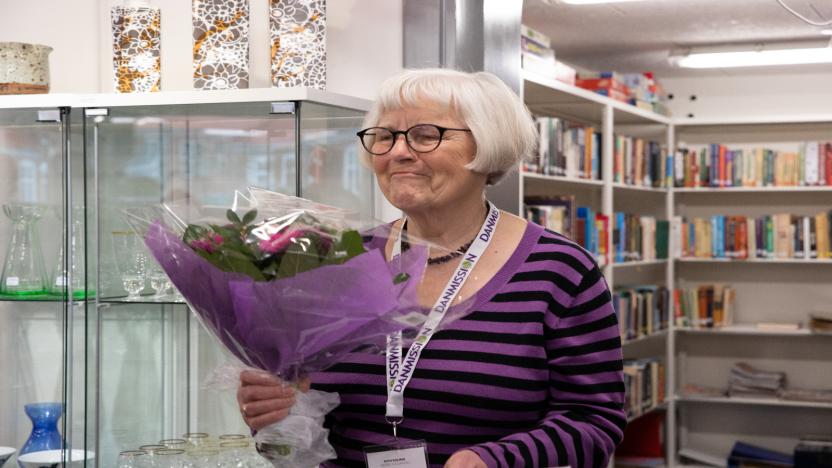 Ruth Dolmer, der er formand for butikkens bestyrelse og daglig leder modtager blomster for den store indsats.