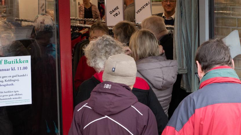 Kunderne strømmede ind, da dørene til den nye butik blev åbnet.