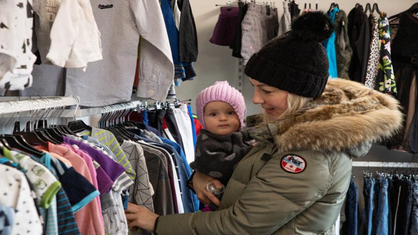 Der er et stort udvalg af tøj til store og små i butikken.