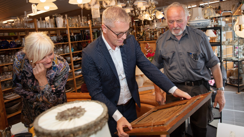 Helge Langborg og ministeren ser på genbrugsguld
